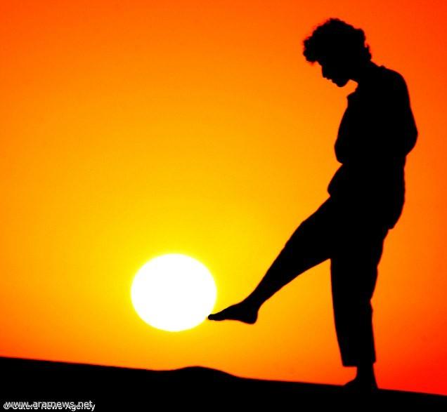 شاب سعودي يبدع في اللعب بالشمس