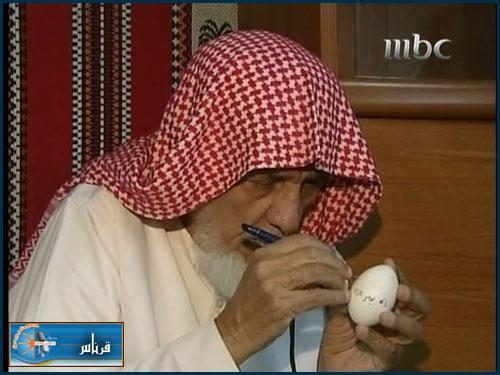 مسن يكتب القران الكريم في 5 بيضات ..