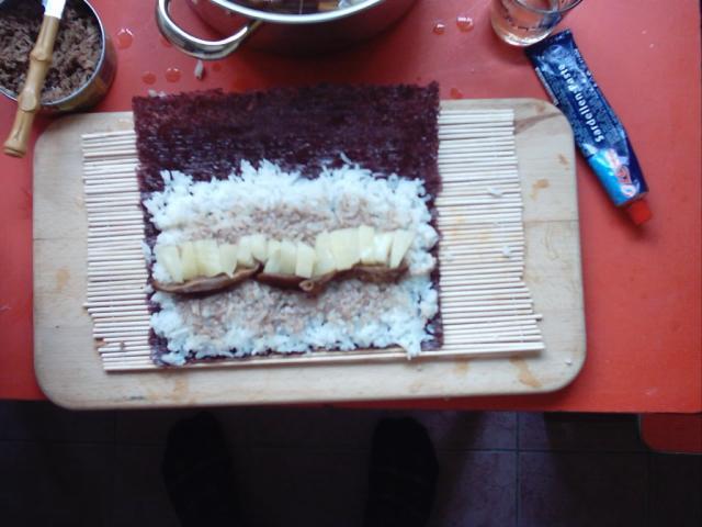 طريقة عمل السوشي اليابانية بالصورSushi