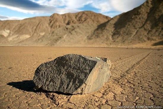 أحجار تتحرك وحدها بوادي الموت